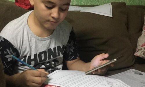 Estudante do Ensino Fundamental da rede pública estadual de ensino em aulas remotas