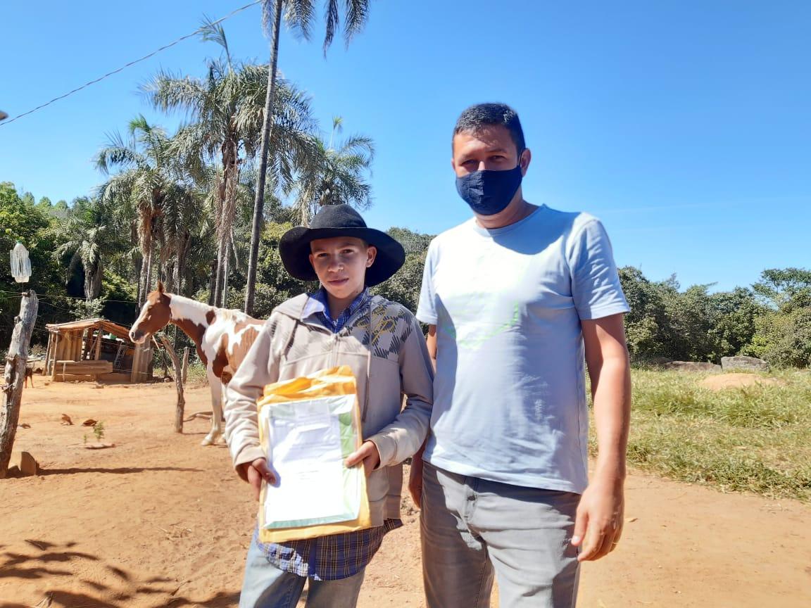Estudante da zona rural recebe material didático em casa