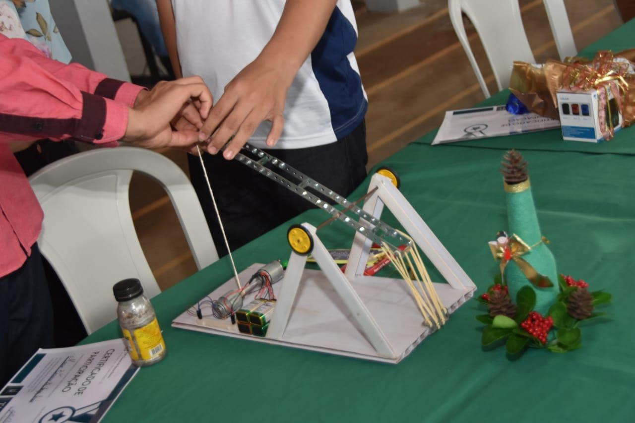 Catapulta desenvolvida por estudantes do Cepi José Salviano Azevedo