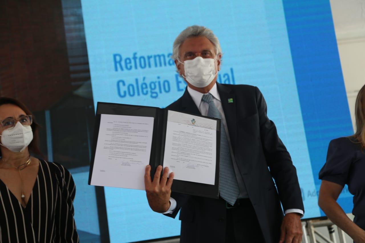 Governador de Goiás sanciona leis que permitem recontratação de professores temporários e reajustam salário dos profissionais