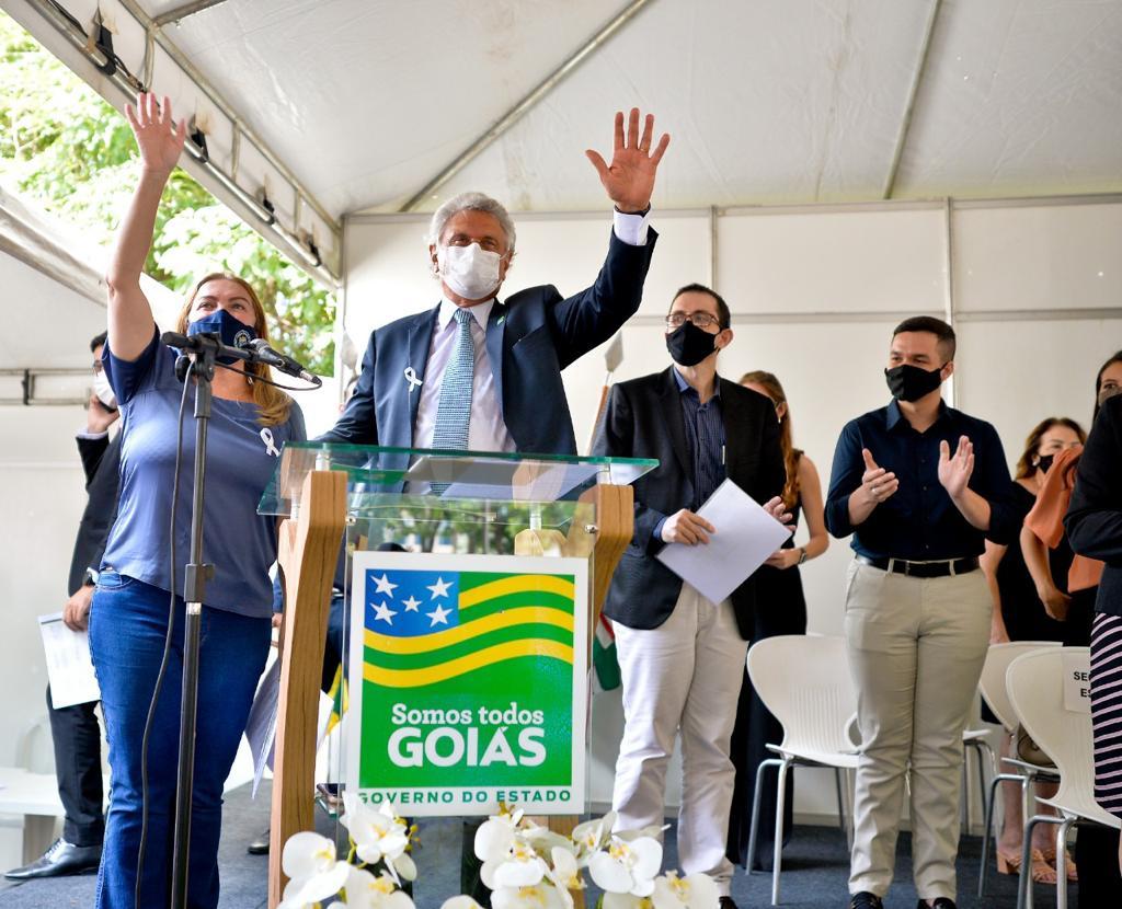 Governador de Goiás e secretária estadual da Educação durante evento que deu tratamento isonômico a professores temporários e reajustou salário de 12 mil profissionais