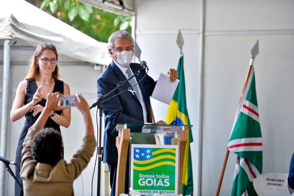 Governador de Goiás assina leis que permitem recontratação de professores temporários e garantem correção salarial