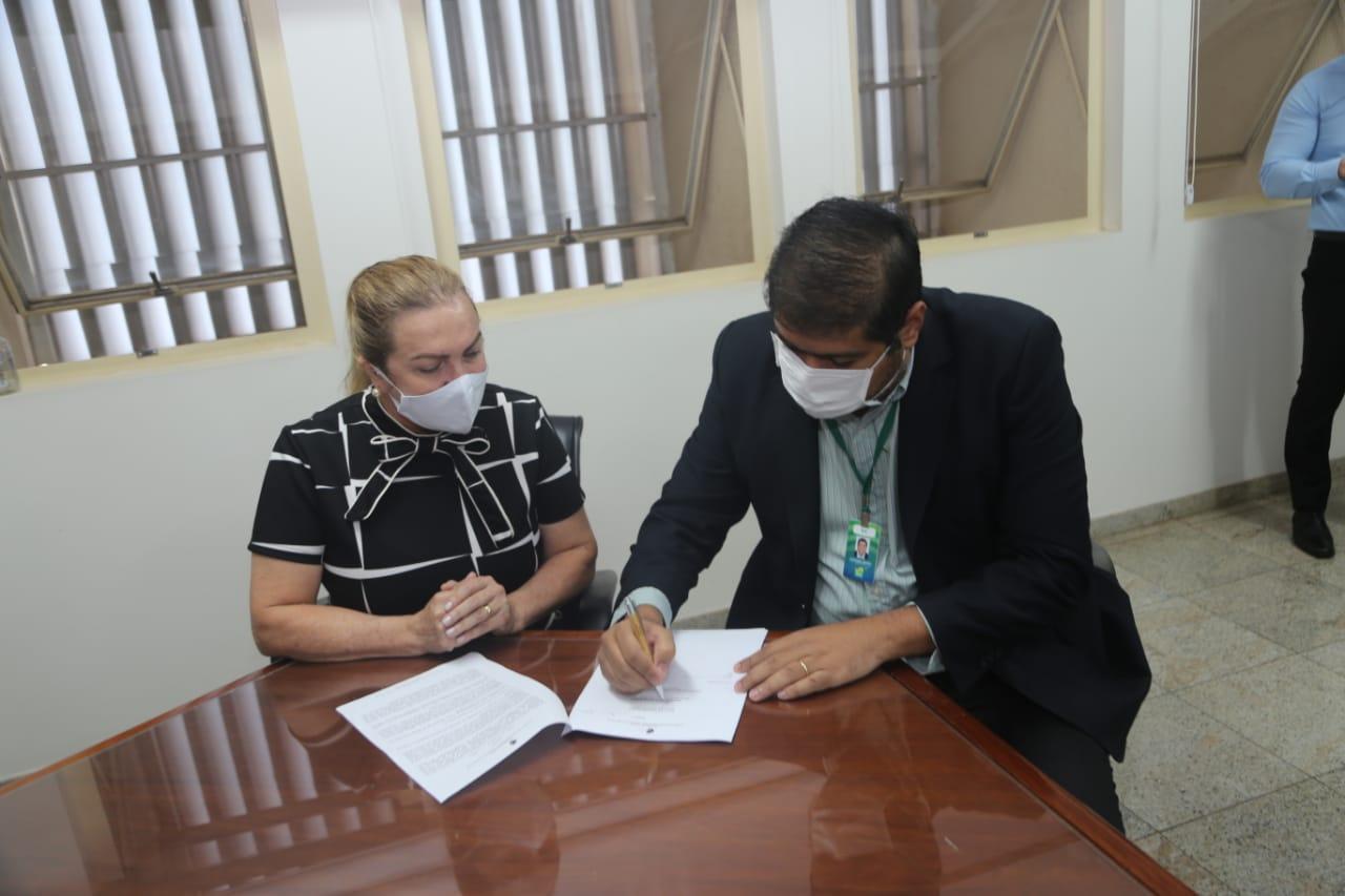 Secretaria de Estado da Indústria doa móveis para Seduc