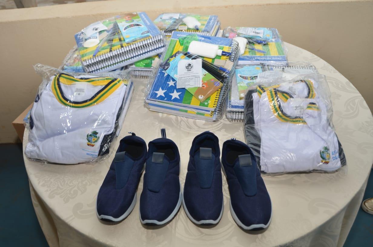 Kits de material escolar, uniformes e pares de tênis adquiridos pelo Governo de Goiás