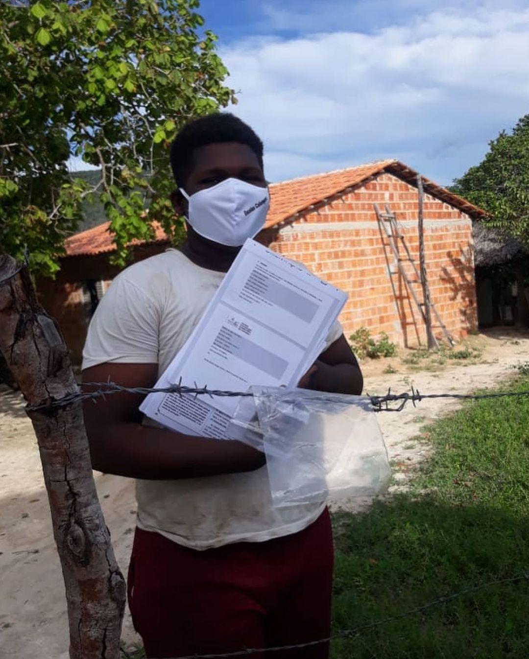 Entrega de atividades impressas do programa de ensino por mediação tecnológica GoiásTec em Cavalcante