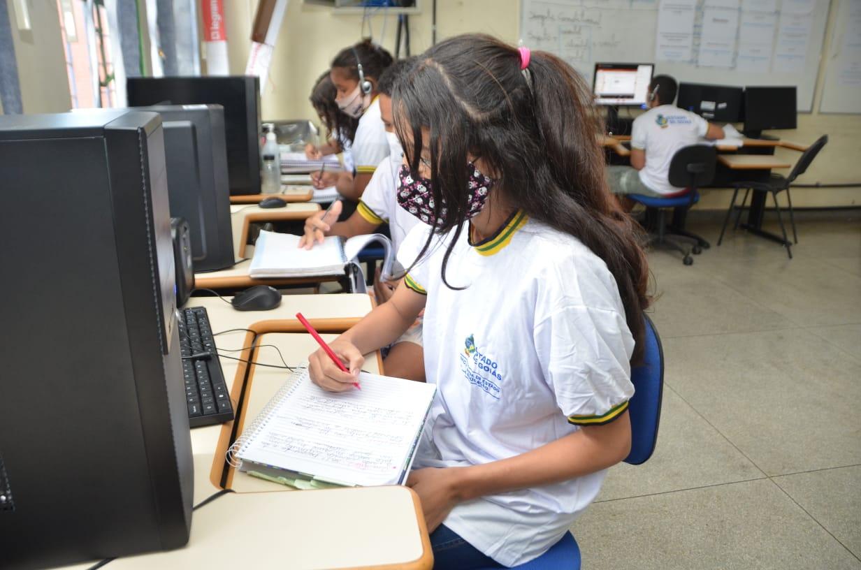 Estudantes em laboratório de informática - Colégio Estadual Aecio Oliveira De Andrade