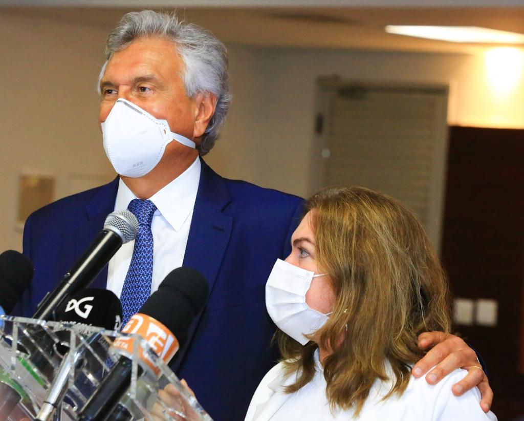 Governador Ronaldo Caiado e secretária Fátima Gavioli em lançamento do Bolsa Alimentação