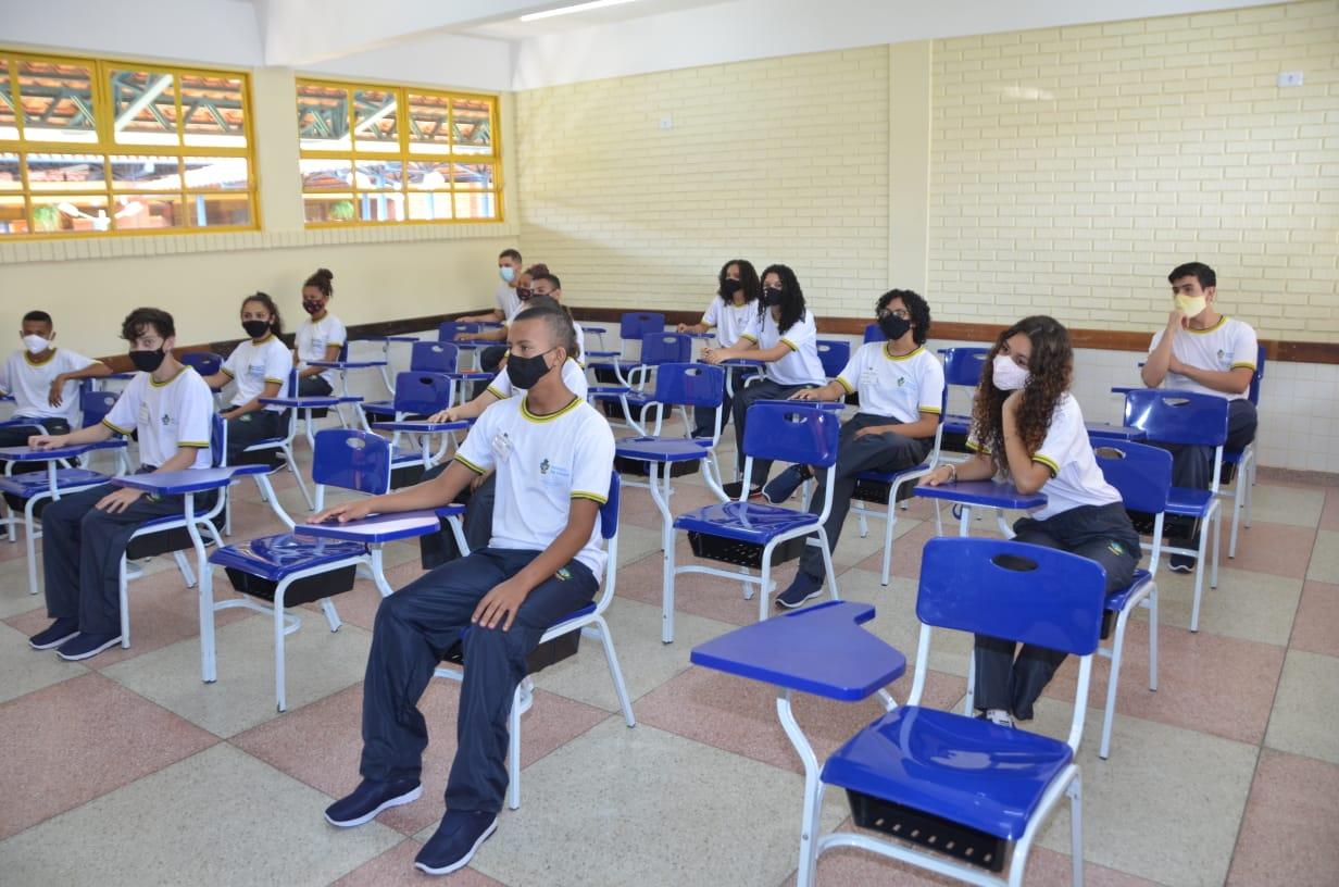 Estudantes em sala de aula no Colégio Estadual Guaraciaba Augusta da Silva