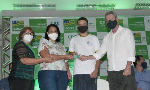 Governo de Goiás entrega cartões alimentação a estudantes de Ceres e Rialma