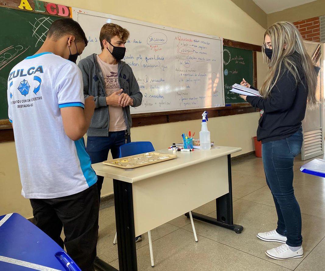 Cepi Zulca - professores e alunos conversando na escola de tempo integral