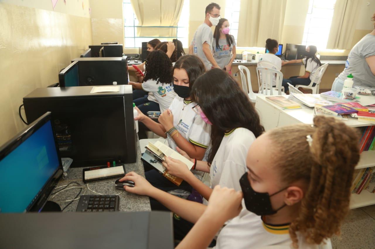Alunas do Cepi José Honorato em oficina de robótica do IFG