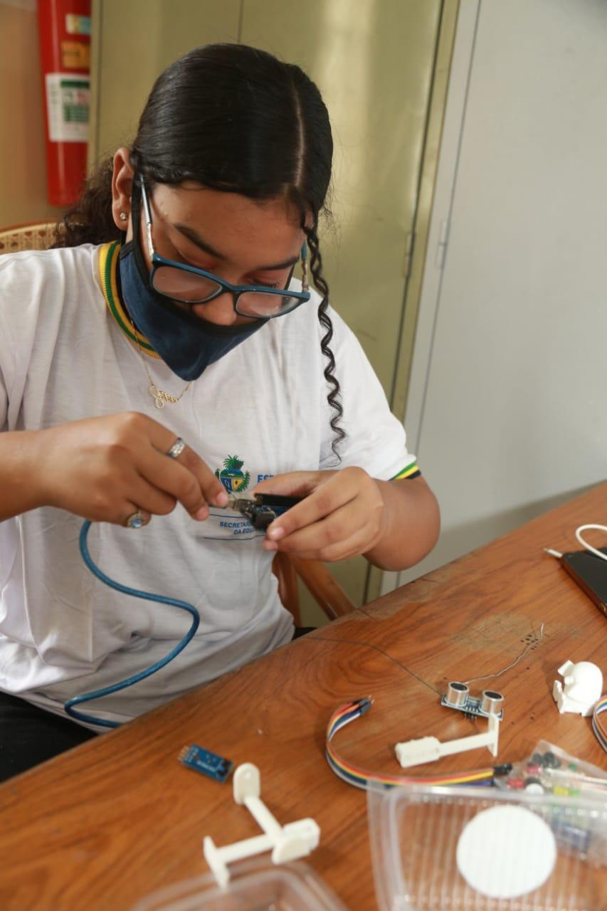 Estudante do Cepi José Honorato em oficina de robótica do IFG