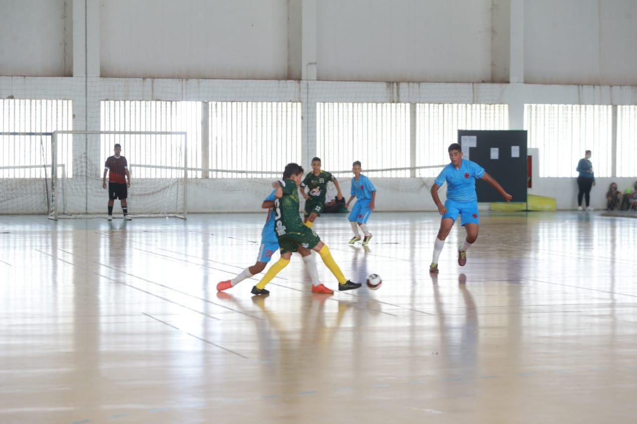 Partida de futsal entre Colégio Estadual Antônio Ferreira e Escola Estadual Vila Dourada nos Jogos Estudantis de Goiás, categoria Infanto